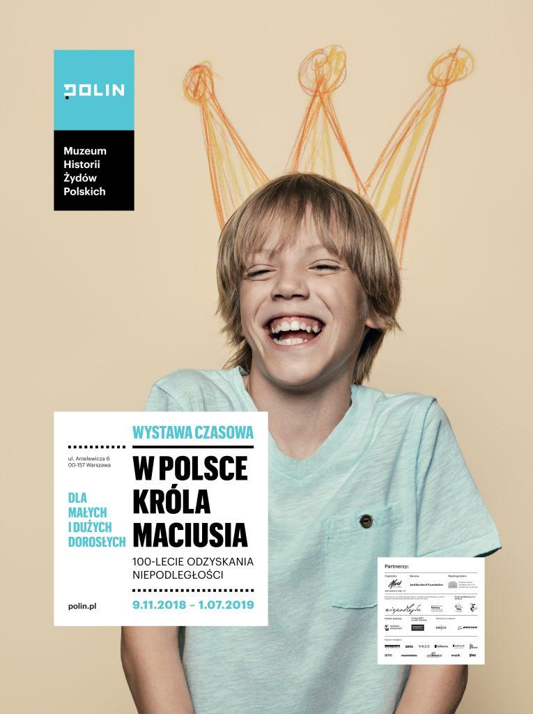 """""""W Polsce króla Maciusia. 100-lecie odzyskania niepodległości"""" - plakat wystawy, chłopiec z narysowaną koroną"""