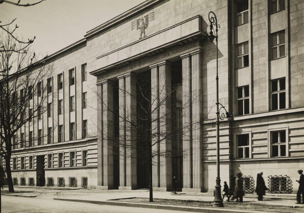 Fasada główna Ministerstwa Wyznań Religijnych i Oświecenia Publicznego, po 1927 r., Fot. Henryk Poddębski, Biblioteka Narodowa w Warszawie
