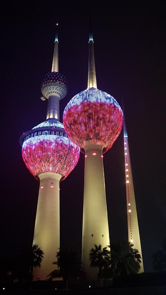 wieże podświetlone na biało-czerwono