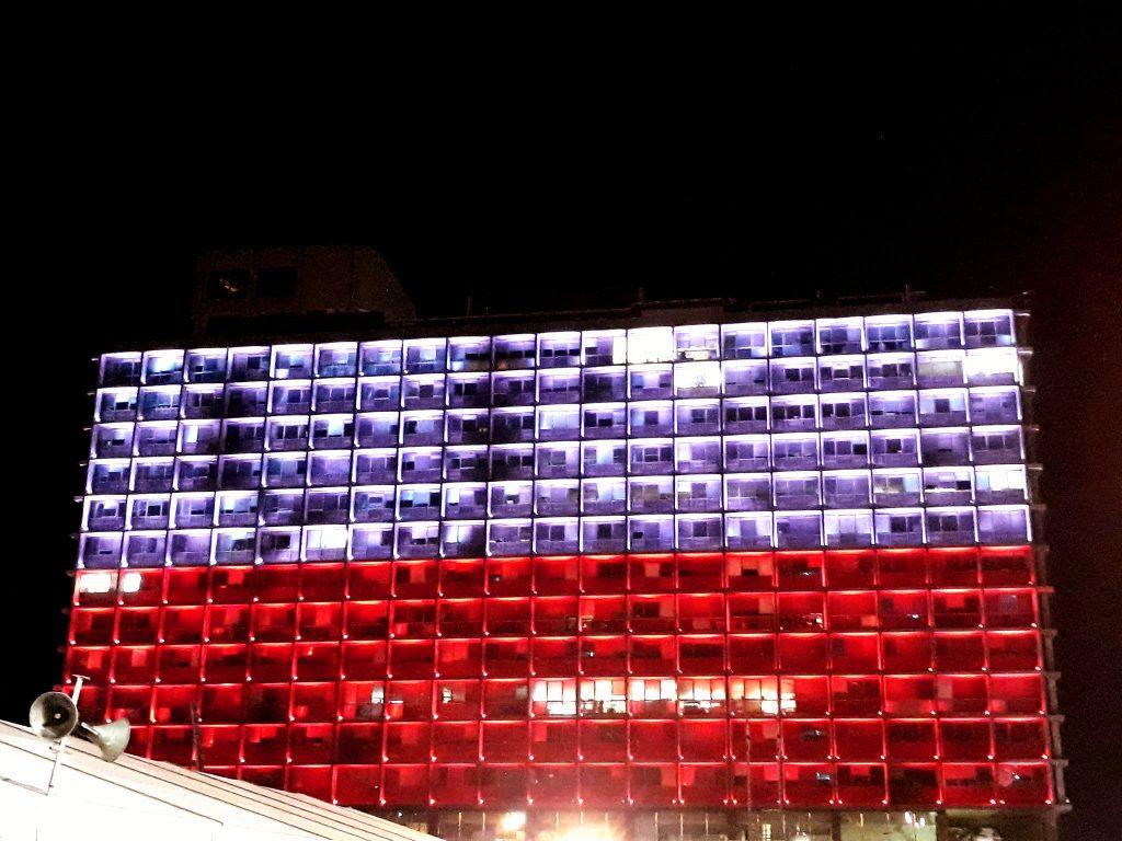 budynek podświetlony na biało-czerwono