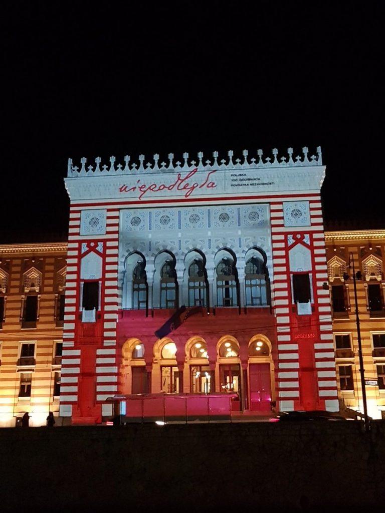 budynek z iluminacją biało-czerwoną