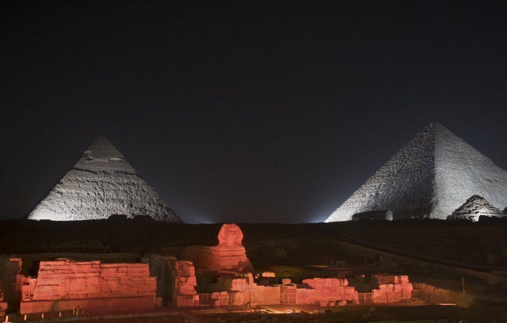 piramidy podświetlone na biało, sfinks na czerwono