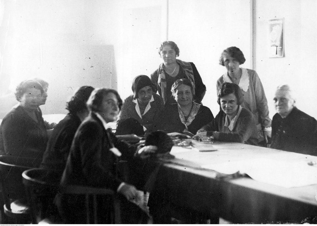 Posiedzenie parlamentarnego klubu BBWR w Sejmie, wśród posłanek widoczne m.in. Janina Kirtiklisowa, Eugenia Waśniewska, Zofia Moraczewska, Maria Jaworska, Halina Jaroszewiczowa, 26 listopada 1930, Narodowe Archiwum Cyfrowe