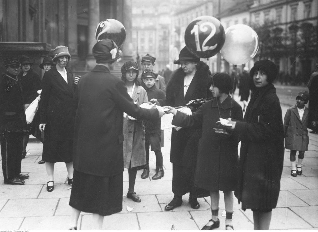 Kobiety agitujące w dniu wyborów do Rady Miejskiej w Warszawie, 22 maja 1927, Narodowe Archiwum Cyfrowe