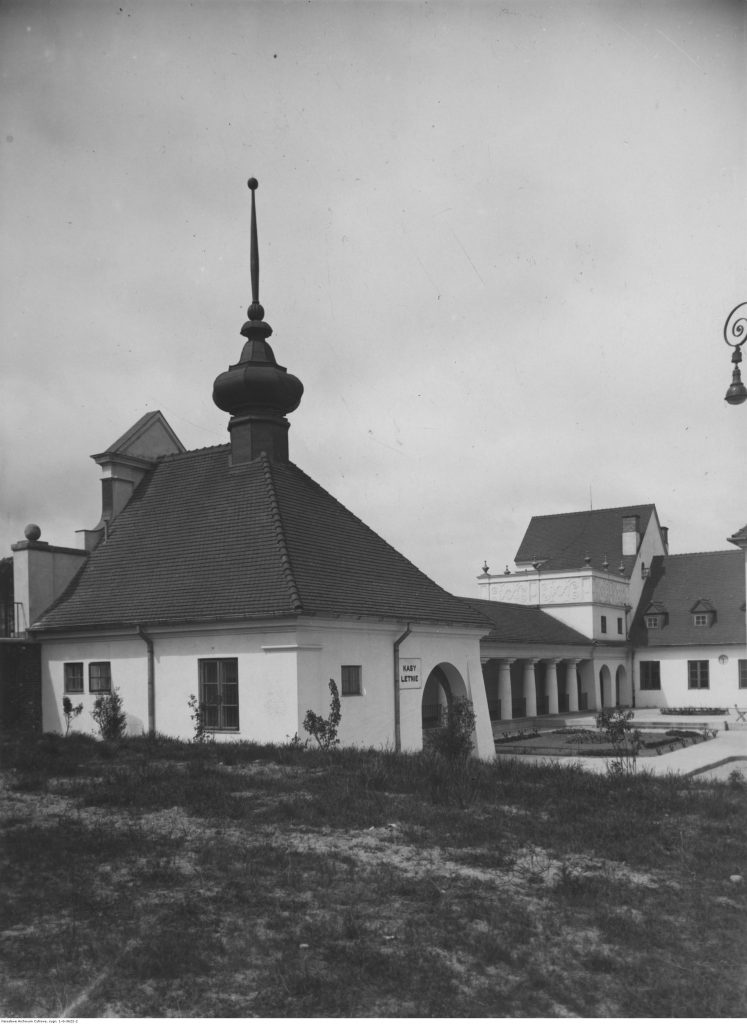 Dziedziniec dworca z kasami letnimi, 1928 r., Narodowe Archiwum Cyfrowe