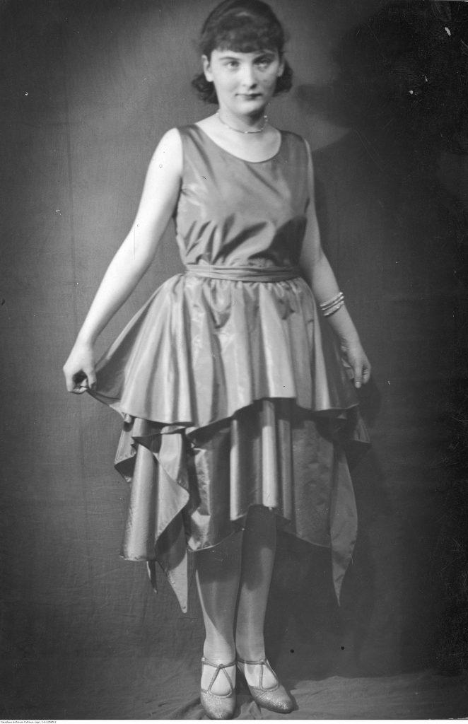 Szenkówna podczas rewii mody w krynolince, 1928 (źródło: NAC).