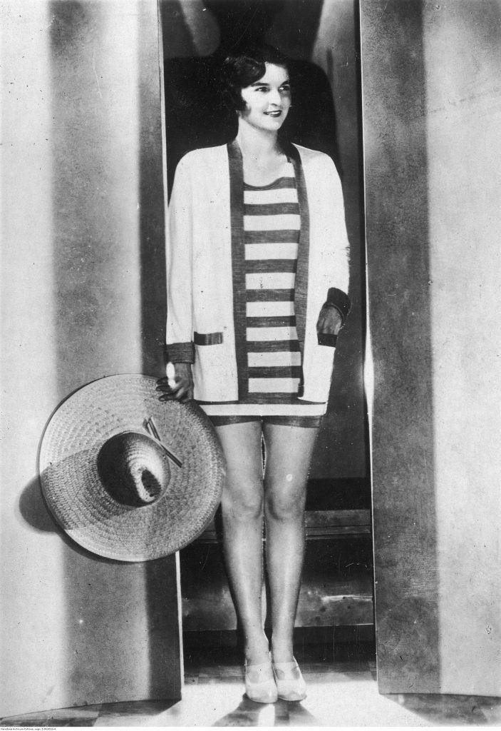 Modelka w trykotowym kostiumie kąpielowym, 1929 (źródło: NAC).