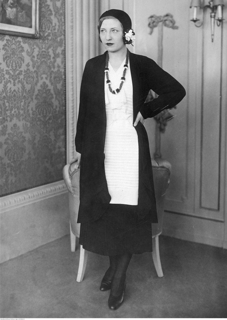 Modelka w białym kasaku, 1931 (źródło: NAC).