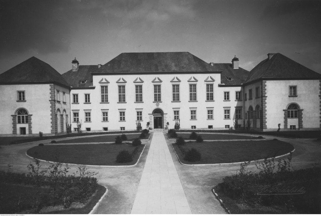 Fasada główna gimnazjum im. Stefana Batorego w Warszawie, po 1924 r., fot. Henryk Poddębski, Narodowe Archiwum Cyfrowe