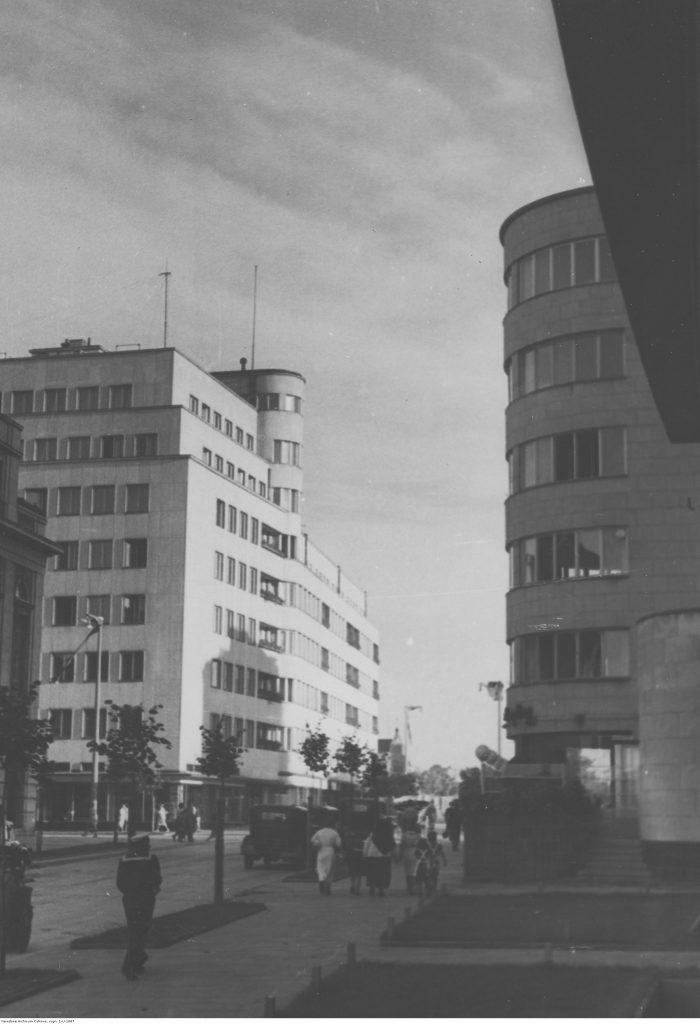 Widok od strony gmachu ZUS-u na budynek Funduszu Emerytalnego BGK, po 1936 r., Narodowe Archiwum Cyfrowe