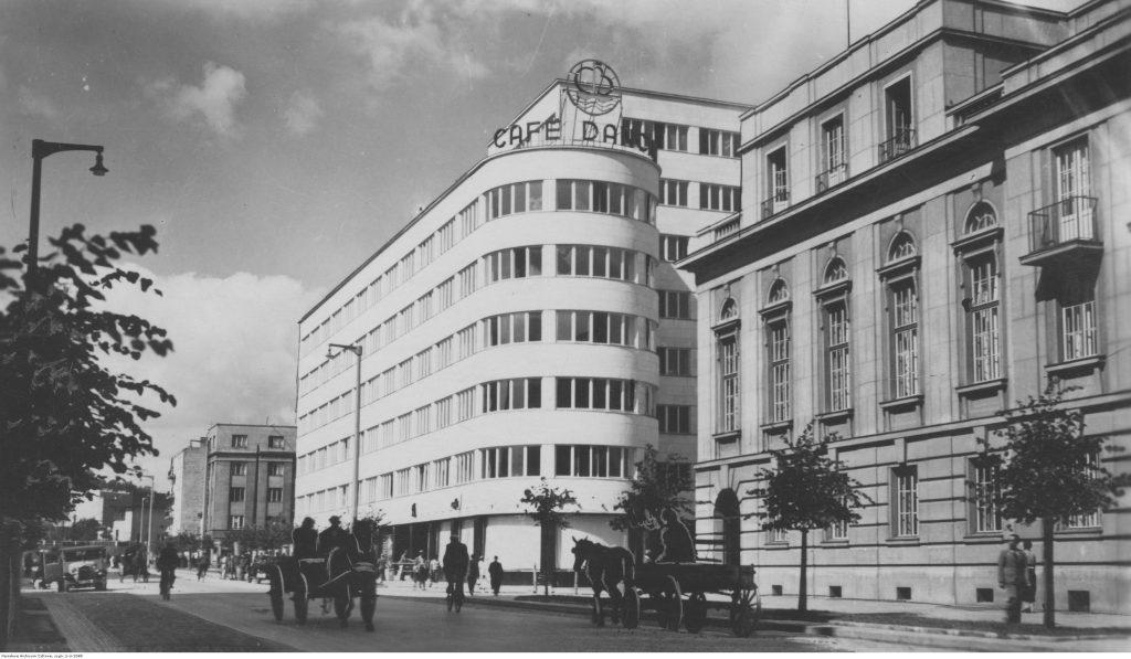 Widok gmachu Zakładu Ubezpieczeń Społecznych i kawiarni Bałtyk, po 1936 r., Fot. Roman Burzyński, Narodowe Archiwum Cyfrowe