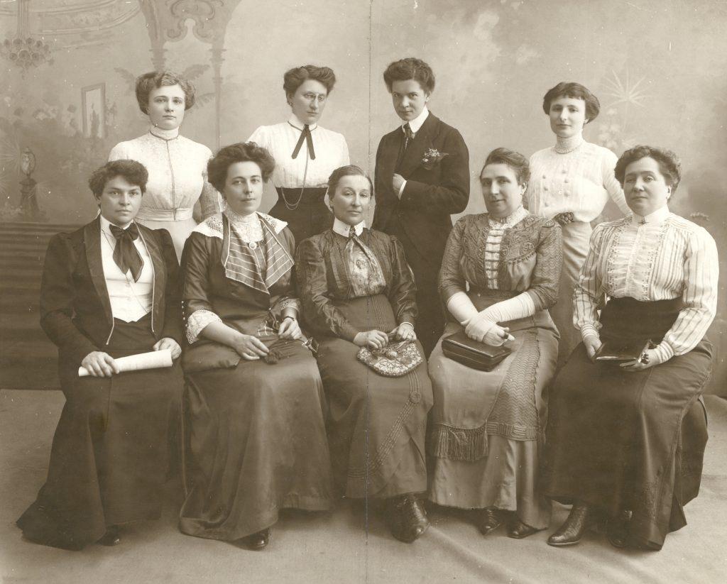 Komitet warszawski wystawy pracy kobiety polskiej w Pradze (pierwsza z lewej w dolnej rzędzie Justyna Budzińska-Tylicka), 25 czerwca 1912, Polona