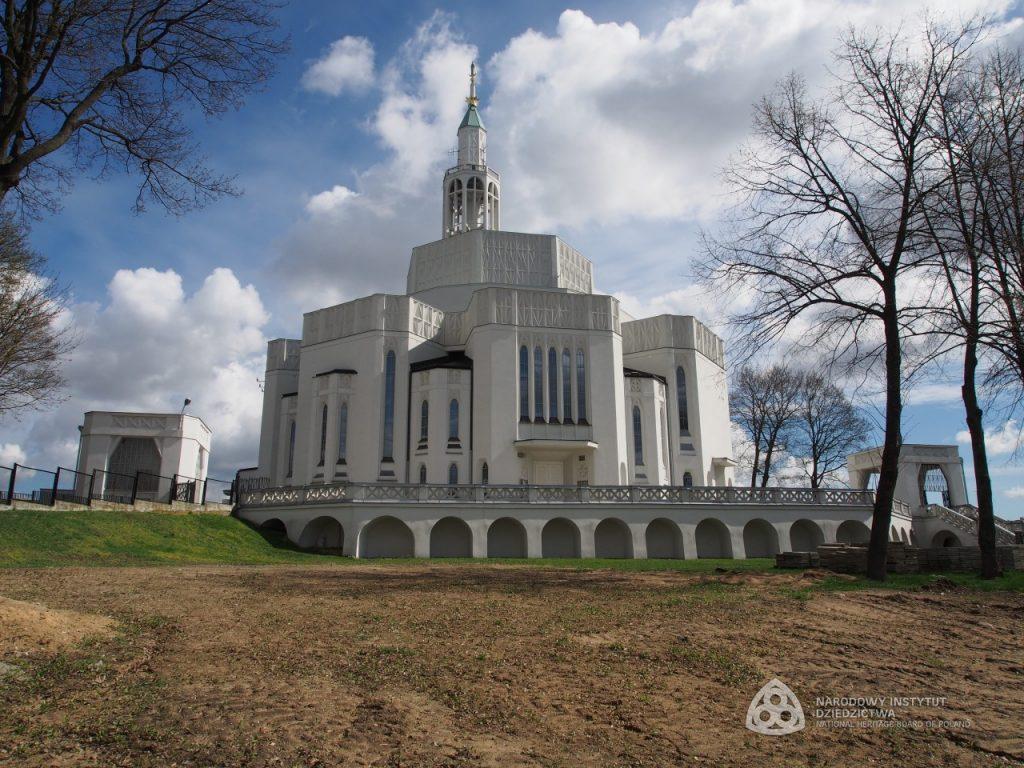 modernistyczny gmach kościoła