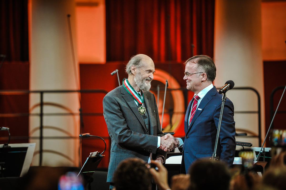 Wiceminister Kultury Jarosław Sellin podający rękę Arvo Pärt