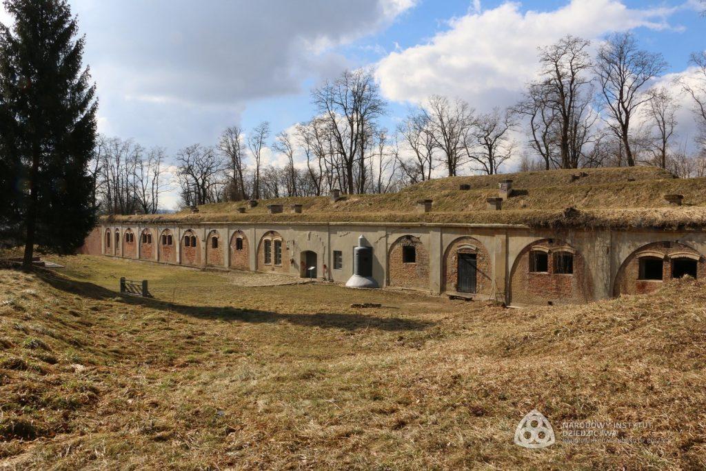 forty ukryte w fortyfikacjach ziemnych