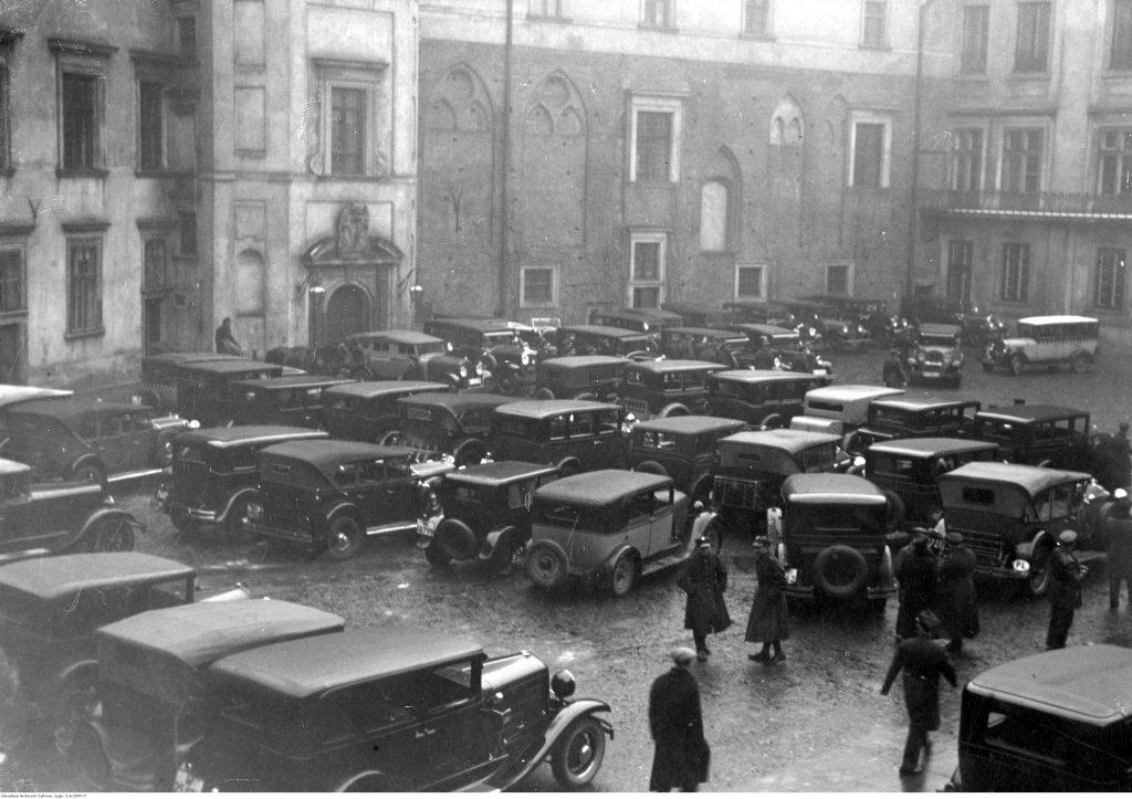 Warszawa 1933, samochody na dziedzińcu Zamku Królewskiego. Takie natężenie aut w jednym miejscu dziś jest normą, ale przed II wojną światową należało w Polsce do rzadkości. Fot. Narodowe Archiwum Cyfrowe