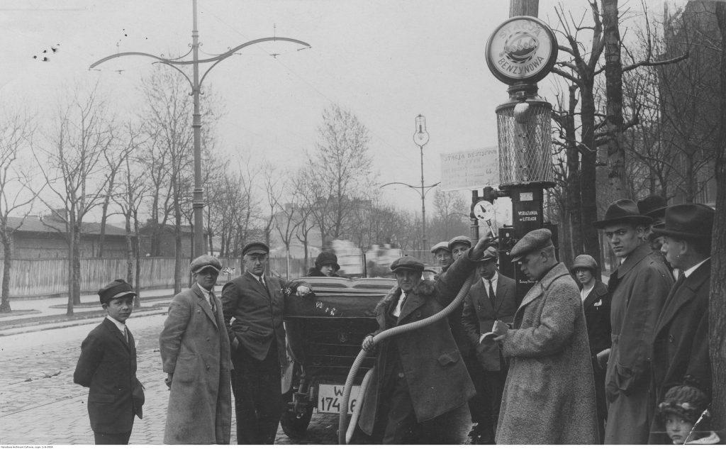 Warszawa 1925. Tankowanie na stacji benzynowej, tzw. pompie. Fot. Narodowe Archiwum Cyfrowe
