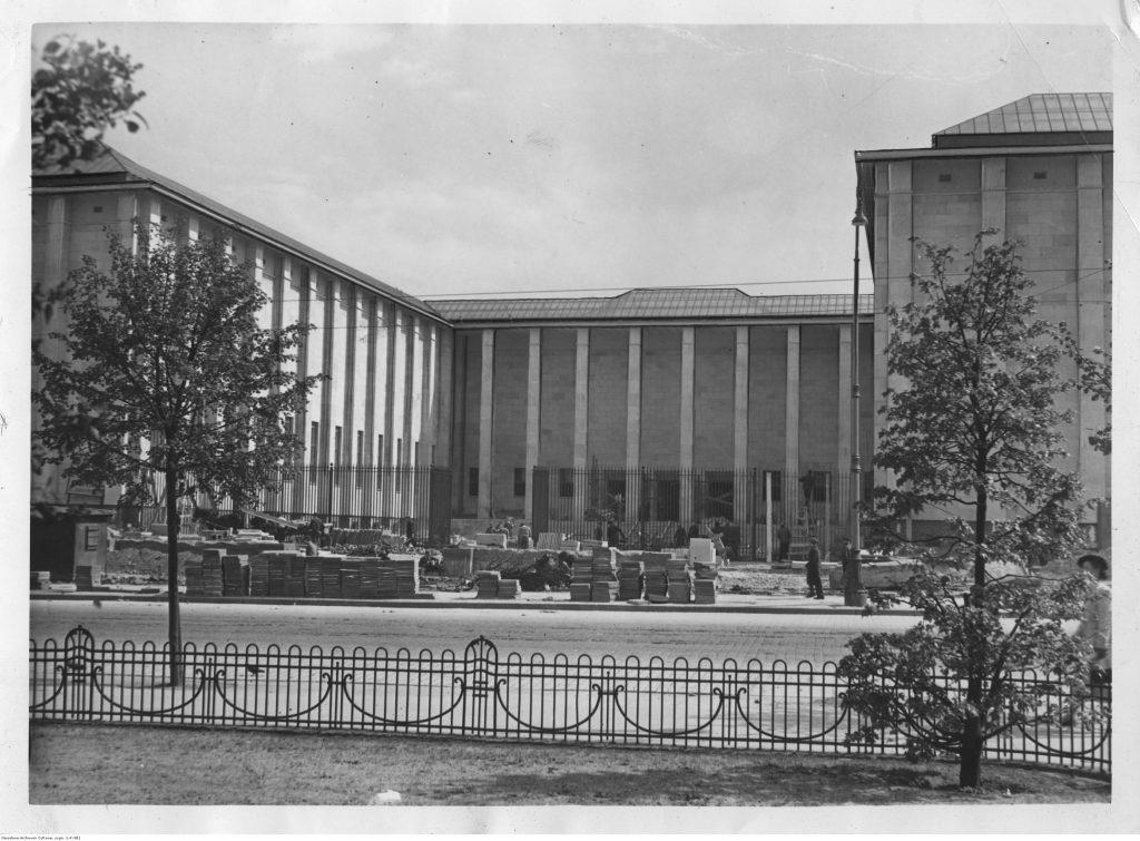 budynek muzeum narodowego z materiałami budowlanymi na dziedzińcu