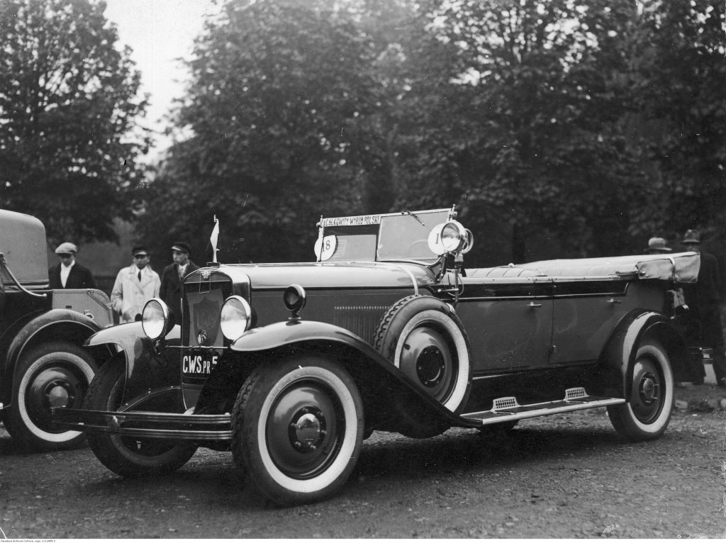Warszawa 1930. Zaprojektowany i produkowany w Polsce CWS T-1 w wersji nadwozia torpedo, tj. czterodrzwiowy z otwartą kabiną. Fot. Narodowe Archiwum Cyfrowe