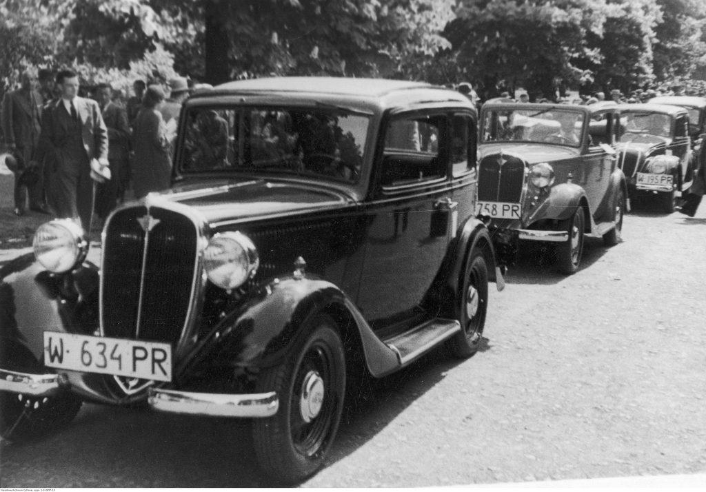 Warszawa 1936. Samochody Fiat wyprodukowane w Polsce. Dwa pierwsze auta to Polski Fiat 508, na dalszym planie – Fiat 500 Topolino. Fot. Narodowe Archiwum Cyfrowe