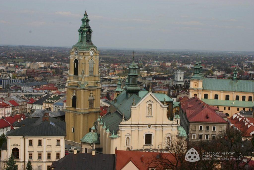 widok z lotu ptaka, na pierwszym planie katedra, dalej zabudowa miejska