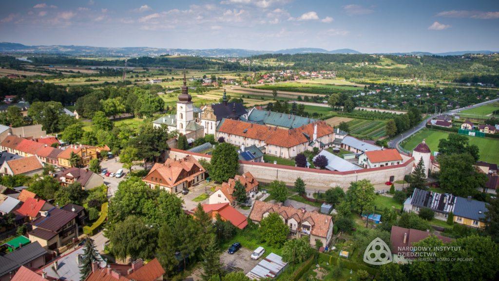 zdjęcie z lotu ptaka obejmujące całe założenie klasztorne i część zabudowy miejskiej