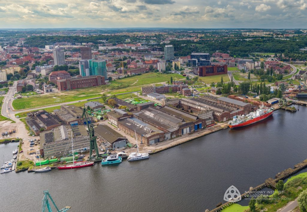 zdjęcie z lotu ptaka na tereny stoczniowe i rzekę