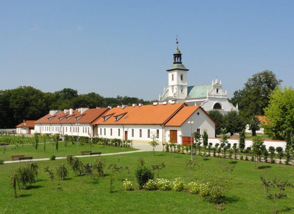 gmach klasztorny z przyległumi terenami zielonymi