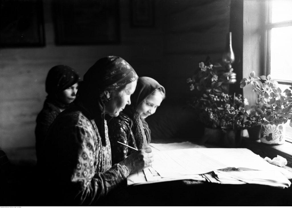 Wypełnianie arkuszy spisowych przez kobiety wiejskie z Bronowic k. Krakowa (1931), fot. Narodowe Archiwum Cyfrowe