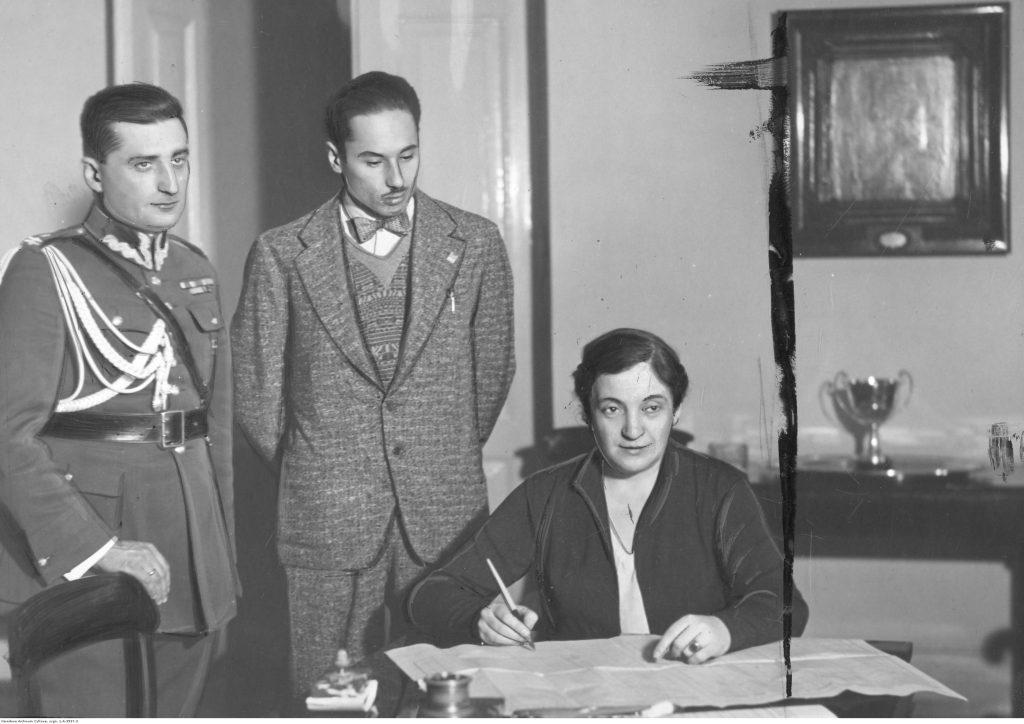 Aleksandra Piłsudska podczas wypełniania arkusza spisowego (1931) , fot. Narodowe Archiwum Cyfrowe