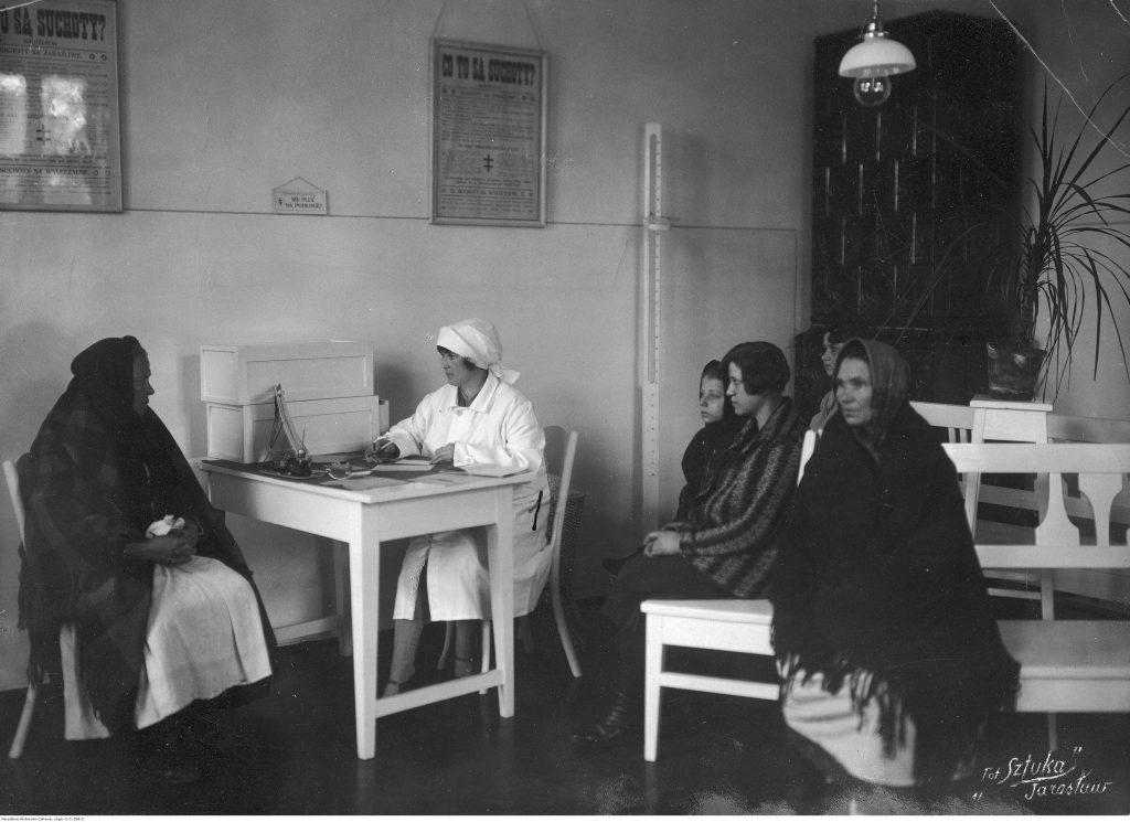 Poradnia Przeciwgruźlicza i Przeciwjagliczna przy Powiatowym Ośrodku Zdrowia w Jarosławiu, 1930, fot. Narodowe Archiwum Cyfrowe