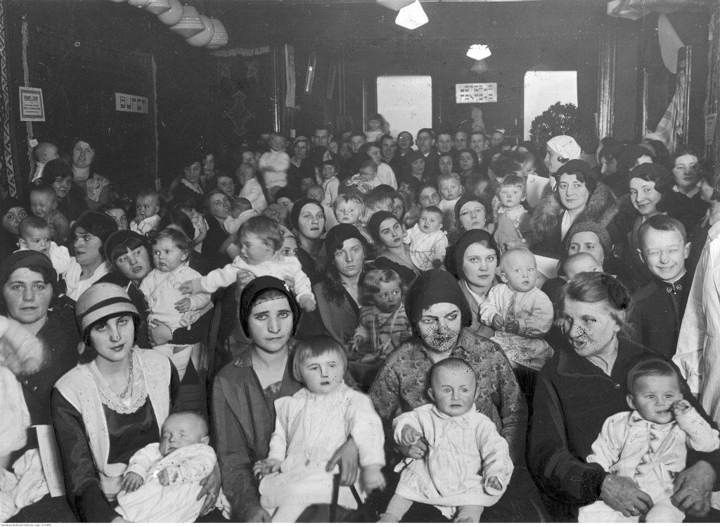 """Grupa kobiet z dziećmi objęta opieką łódzkiej przychodni """"Kropla Mleka"""", 1932, fot. Narodowe Archiwum Cyfrowe"""