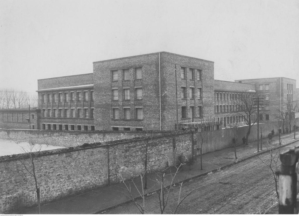widok gmachu szkoły z cegły