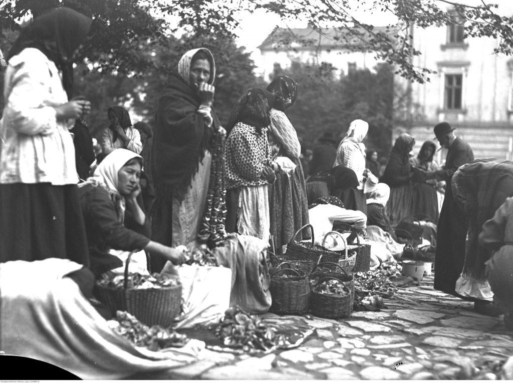 Kobiety sprzedające grzyby na Rynku w Przemyślu (1930), fot Narodowe Archiwum Cyfrowe