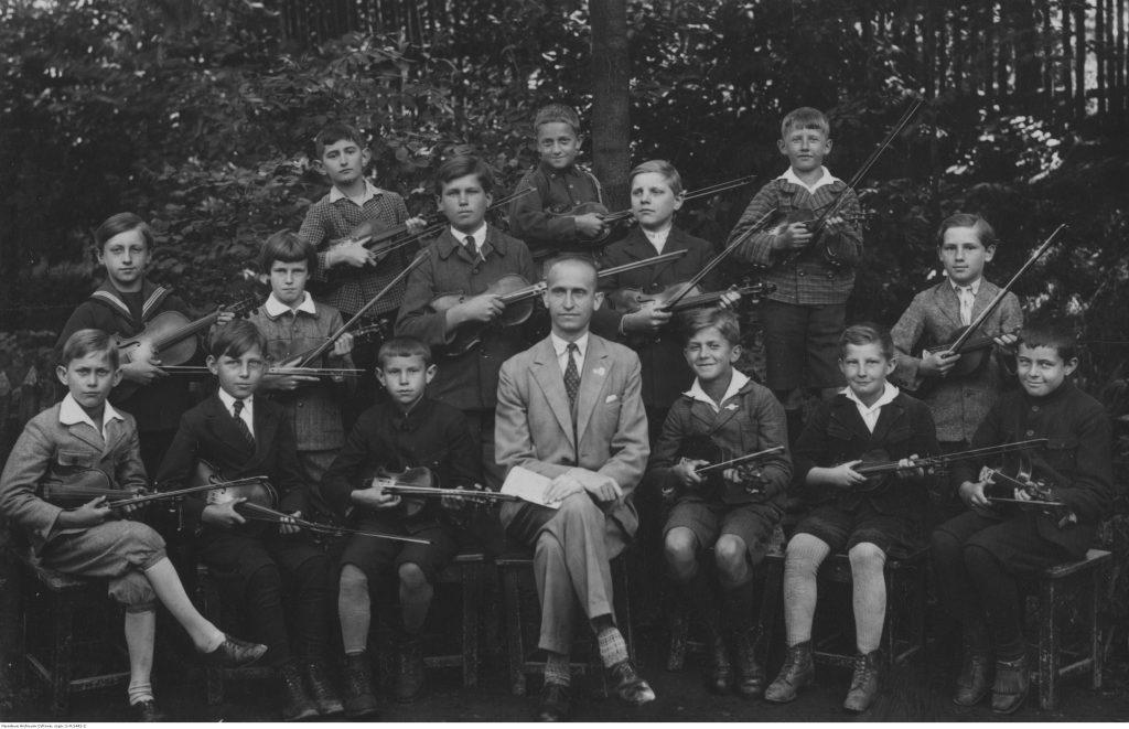 Orkiestra szkolna. Widoczni uczniowie ze skrzypcami, 1933, fot. NAC