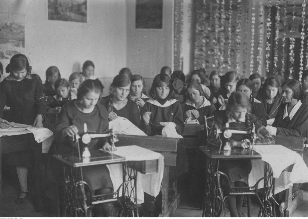 Uczennice żeńskiej szkoły powszechnej w Brześciu nad Bugiem. Zajęcia praktyczne – szycie ręczne i na maszynach Singer, fot. NAC