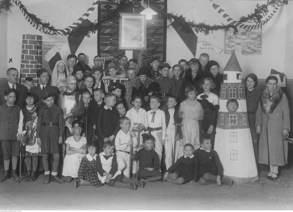 Uczniowie szkoły powszechnej im. Władysława Jagiełły w Chrzanowie, zdjęcie grupowe uczestników przedstawienia szkolnego, 1935, fot. NAC