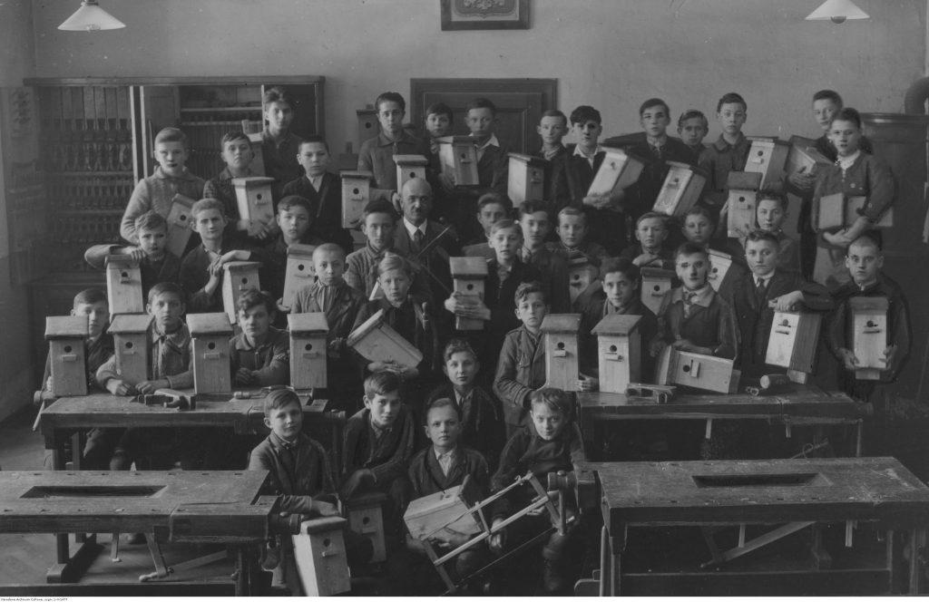 Uczniowie 8 klasy szkoły powszechnej im. Stanisława Hassewicza w Cieszynie z własnoręcznie wykonanymi budkami dla ptaków, 1936, fot. NAC