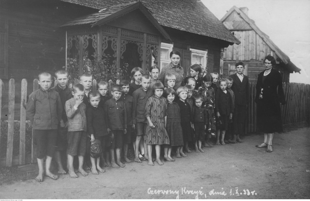 Uczniowie szkoły powszechnej w Czerwonym Krzyżu przed budynkiem szkolnym, 1933, fot. NAC