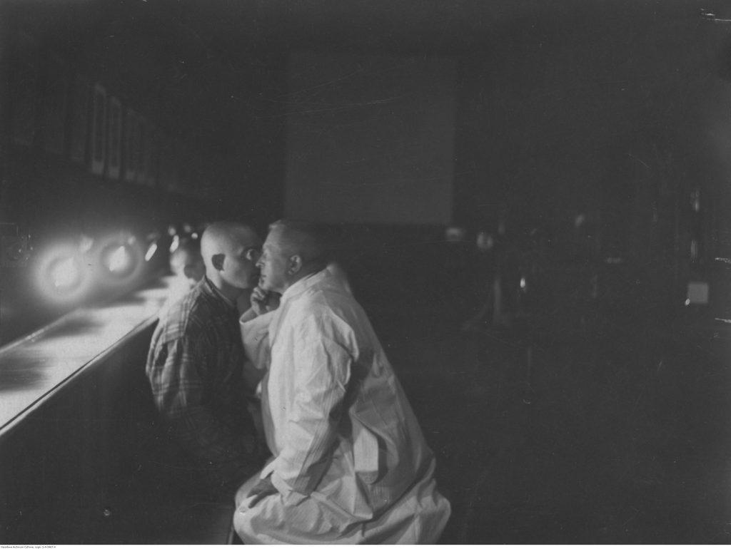 Lekarz badający chorego w klinice ocznej, Wydział Lekarski Uniwersytetu Stefana Batorego w Wilnie, 1928, fot. Narodowe Archiwum Cyfrowe