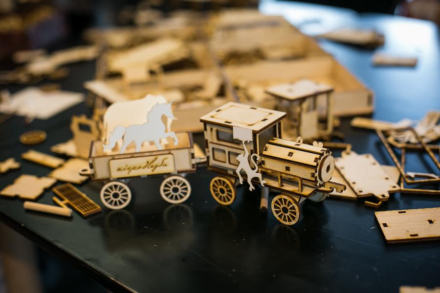 poskładany model warsztatowy, w tle inne elementy do składania