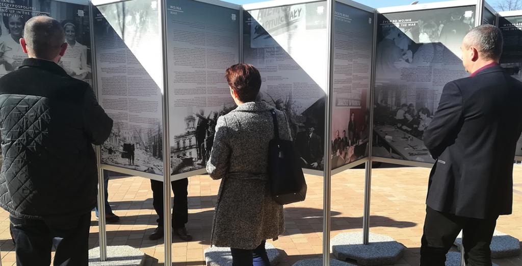 zdjęcie ludzi oglądających wystawę