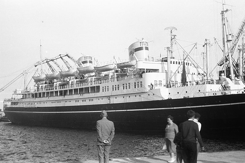 statek, MS Batory, fotografia czarno-biała, statek zacumowany w porcie, nabrzeże