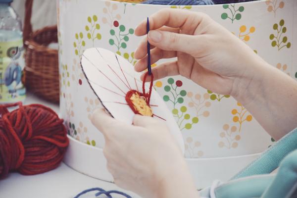 dekorowana ozdoba z kartonu i włóczki podczas tworzenia
