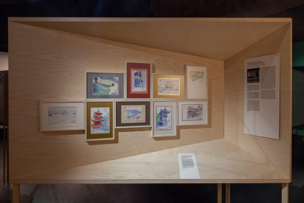geometryczne stanowisko wystawiennicze z akwarelami z widokami Japonii