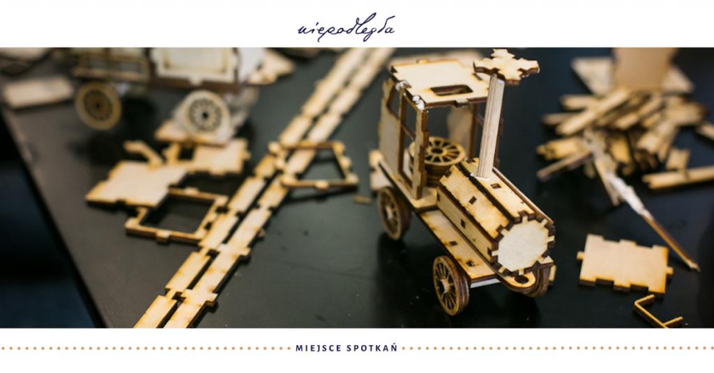 zdjęcie z widokiem modelu drewnianego lokomotywy