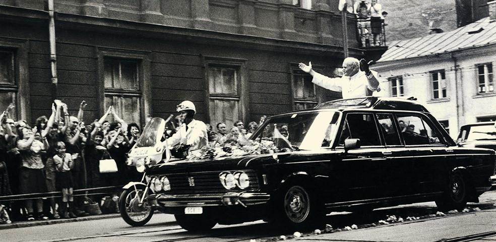 papież w samochodzie na czarno-białym starym zdjęciu