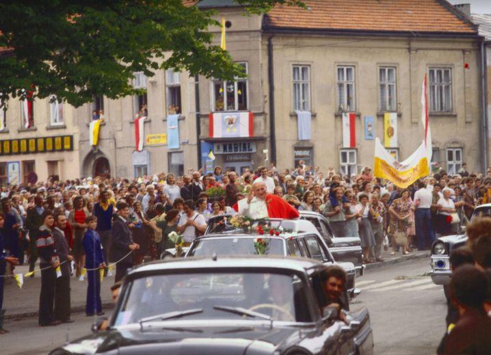 Jan Paweł II przejeżdża ulicami Wadowic podczas pierwszej pielgrzymki do Polski, witany przez tłumy, zdjęcie archiwalne