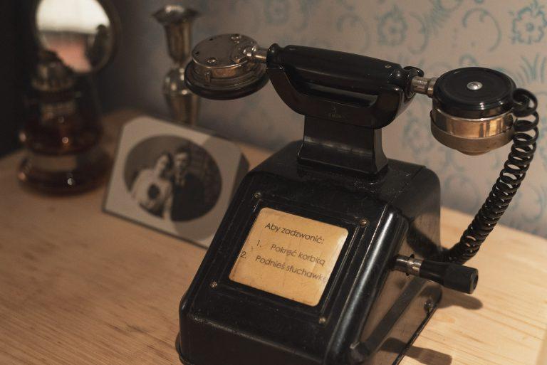 rekwizyt w pokoju zagadek - retro telefon