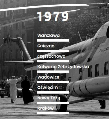 kafelek z 8 nazwami miejscowości, gdzie stanie wystawa na czarno-białym zdjęciu archiwalnym